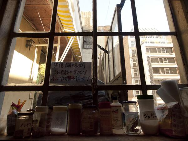 キッチンの窓から青空。