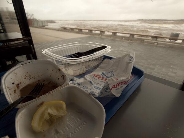 宿のオーナーご贔屓の、ヨットハーバー横の安いレストラン。<br /> 普通食べる前の写真を撮りますが、あえて食事後に撮影。
