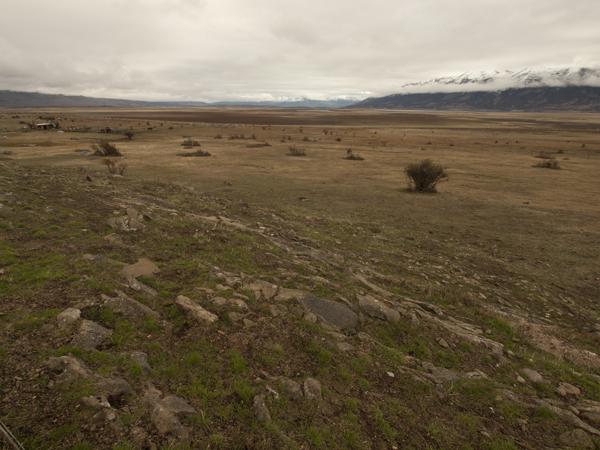 カフェのテラスから望む。見渡す限りオーナーの土地。この先の湖でキャンプ可。Wi-Fiがあれば明日にでもテント生活したいところです。アンデス山脈が近い。