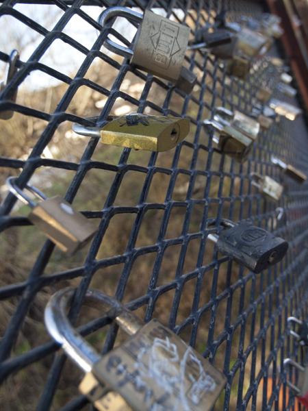 橋の欄干にロックされた南京錠。たぶん愛の鍵。もう離れられないわ〜という妄想が込められている。
