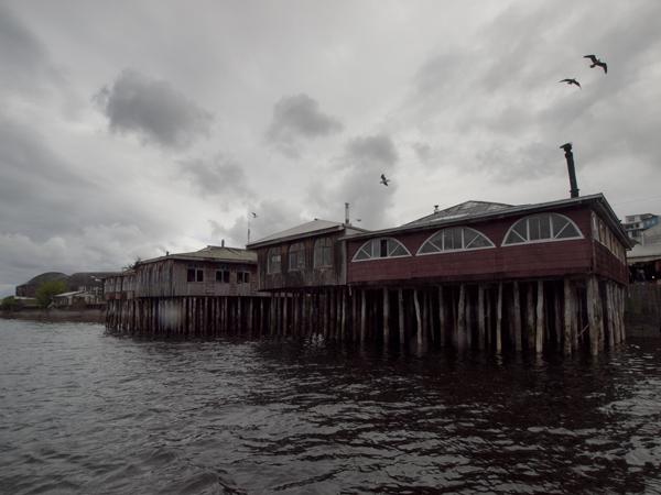 一番右の建物が、騙されて入ったレストラン。魚介類のスープは美味かったです。こういう海上の家をパラフィートと言います。