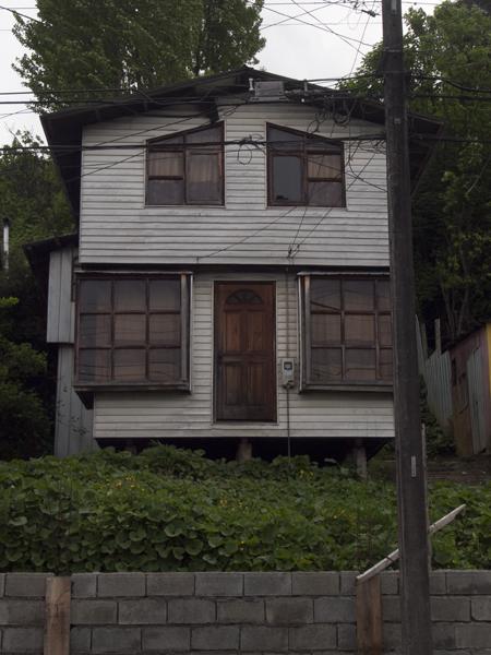 正面のドアは、トマソンです。赤瀬川原平さん、さようなら。