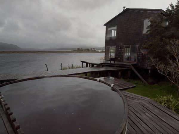 左手前は、湯船。湖の水を使ってます。