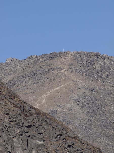 写真中央の白い筋が、登山路。5,357メートルまであと一息。