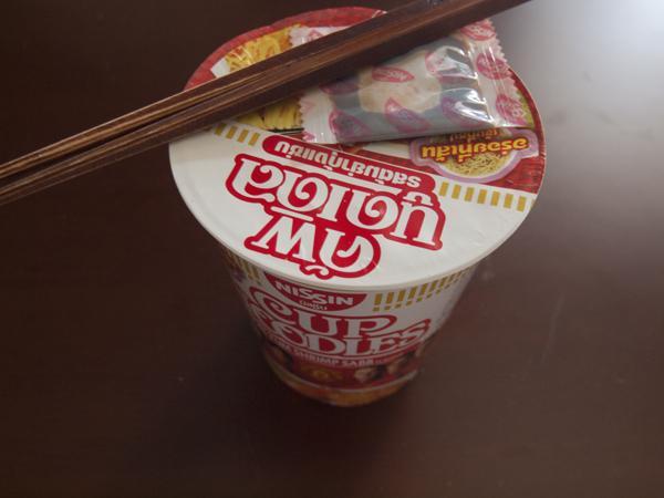 昼飯のトムヤムクン味のカップラーメン。13THB(47円)は、コスパ最高!