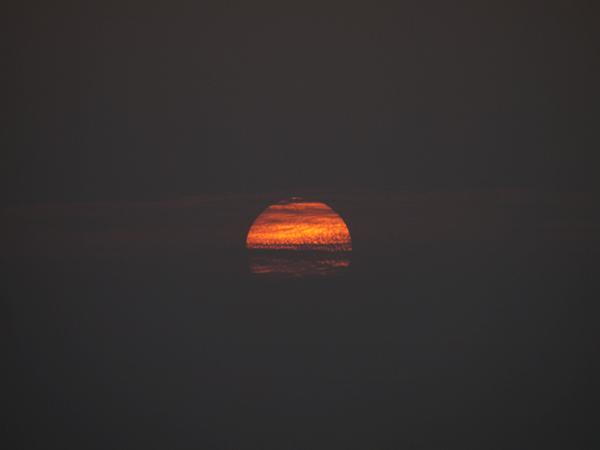 メコン川に沈む夕陽。燃えています。