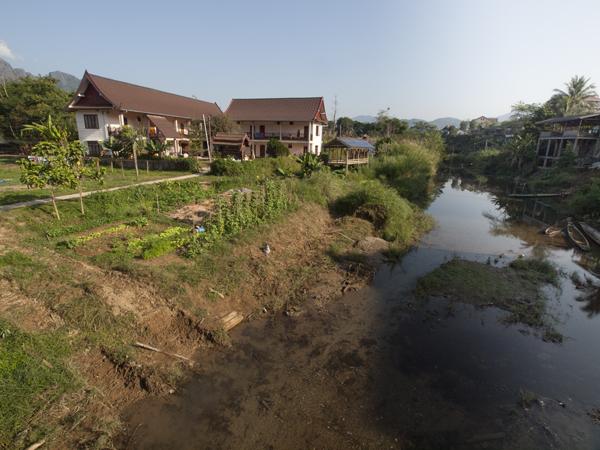 泊まっている宿は、ナムソング川の中洲にあります。洪水とかないのですかね。