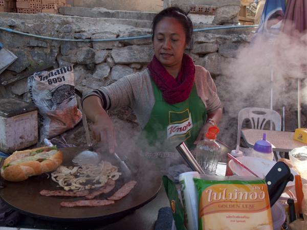 野菜を炒めるサンドイッチ屋。ベトナムのバインミーより美味しい。