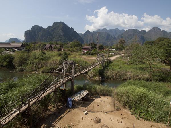中洲へ渡る、立派な方の橋。ボクらの橋は、これより遥かにぼろい。