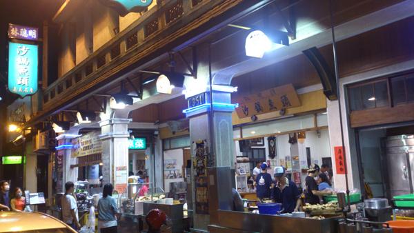 地元民で賑わうローカル食堂。魚頭のスープとわさびで食べる鮫。