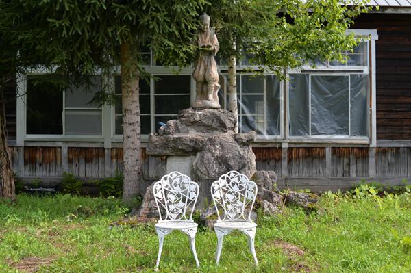 東川邸の借景に立つ、二宮金次郎。