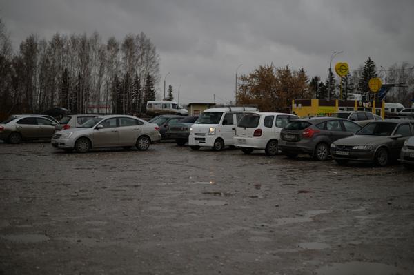 今夜のお宿は、空港近くの駐車場。無料です。泥だらけだけど。
