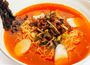 スープの赤さからすると、韓国系じゃないですかね。四つの白いトッピングも韓国餅のトックに見えるし。