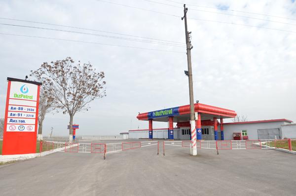 ガソリンスタンドは長蛇の列か、休み。