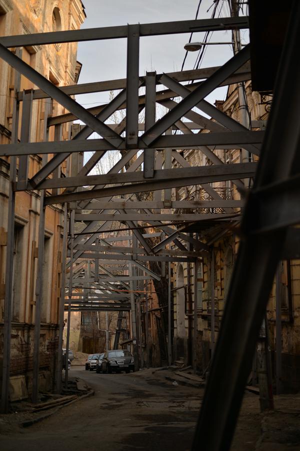崩れゆく家々はもはや自立する力もありません。鉄骨で支えあう町内。