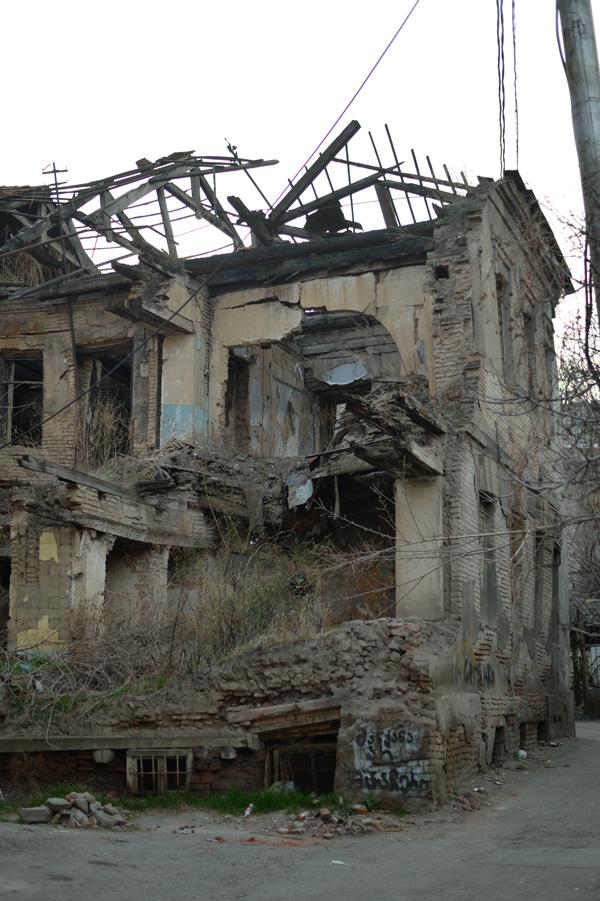 アブラヴァリという旧市街にいます。こんな程度の崩壊家屋は珍しくありません。