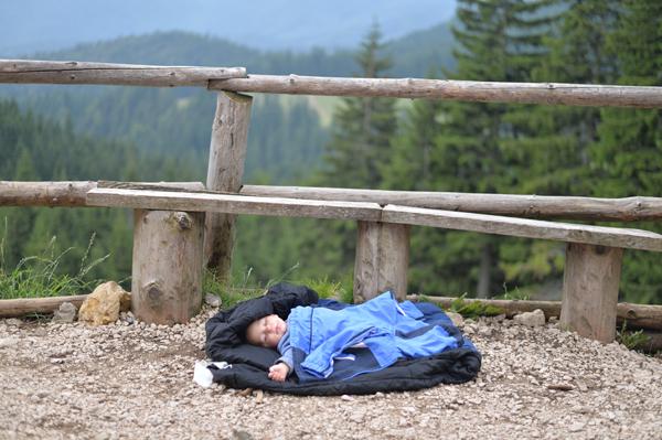 ここに子どもを寝かす親のセンス。