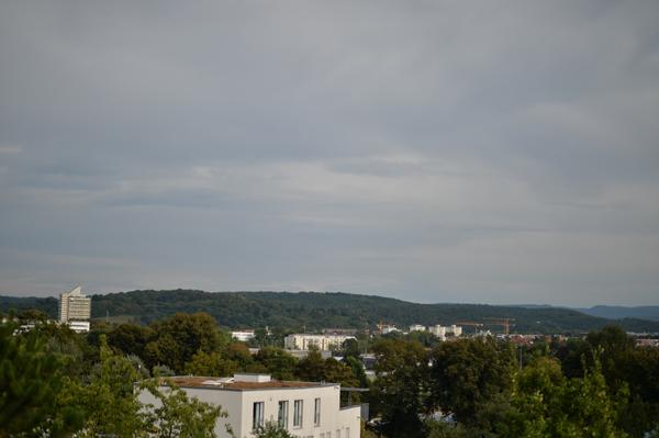 高台のアパートメントの最上階。 眺め最高、背後にリンゴ畑。