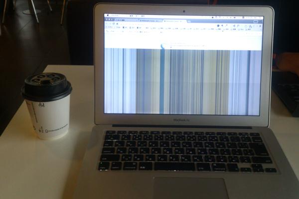 挙動不審なMacBook Air。